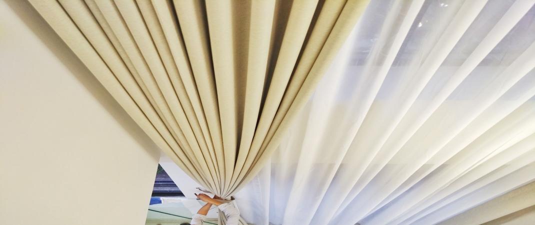 Chất liệu vải mềm vại, dễ vào nếp, độ cản nắng ở mức 75%
